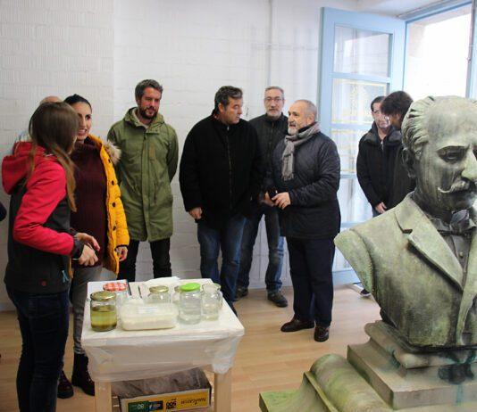 Foto da restauración do busto de Xoan Montes